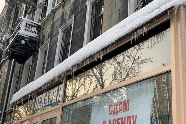 Обходи дома: одесситов предупреждают об опасных сосульках и снеге с крыш  фото 7
