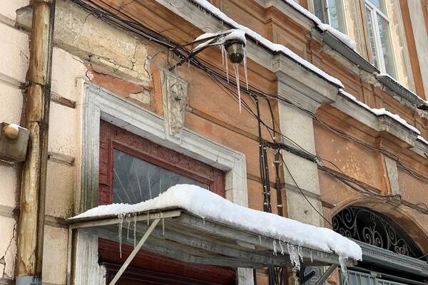 Обходи дома: одесситов предупреждают об опасных сосульках и снеге с крыш  фото 8