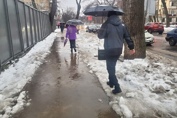 Почти как в Венеции: дождь и тающий снег затопили улицы Одессы фото 1