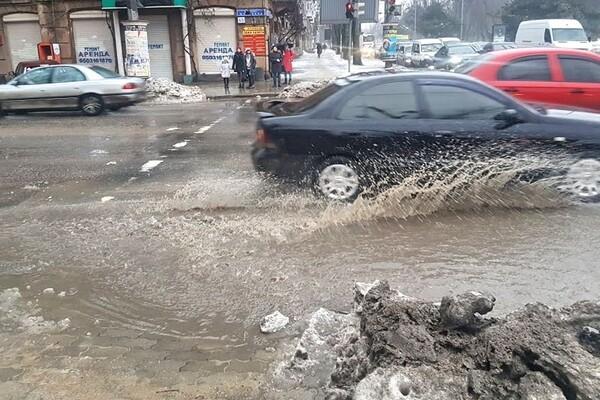 Почти как в Венеции: дождь и тающий снег затопили улицы Одессы фото 4