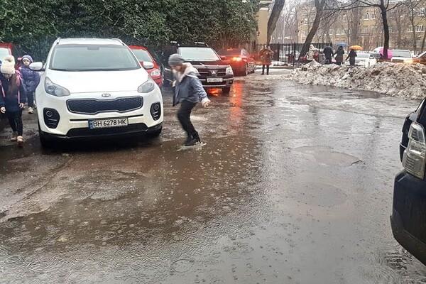 Почти как в Венеции: дождь и тающий снег затопили улицы Одессы фото 6