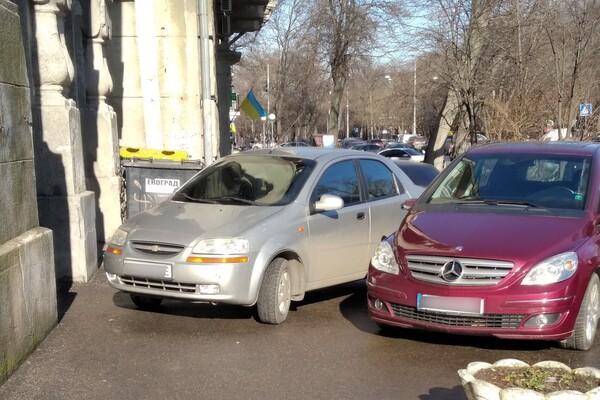 Я паркуюсь как: свежая фотоподборка наглых водителей в Одессе фото
