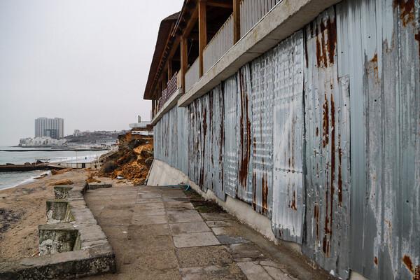 Из-за незаконного строительства: на одесском пляже обрушилась скала фото 1