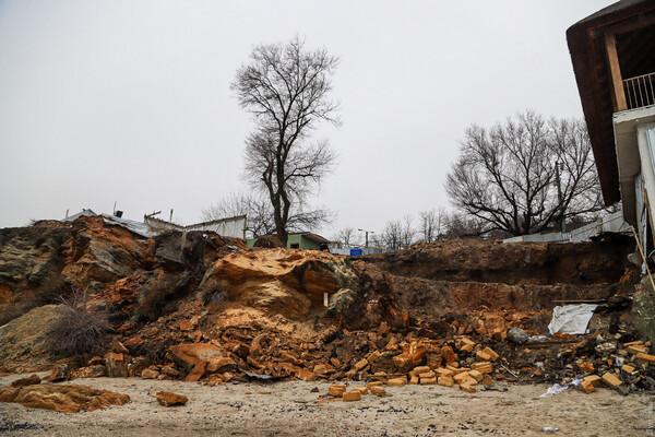 Из-за незаконного строительства: на одесском пляже обрушилась скала фото 3