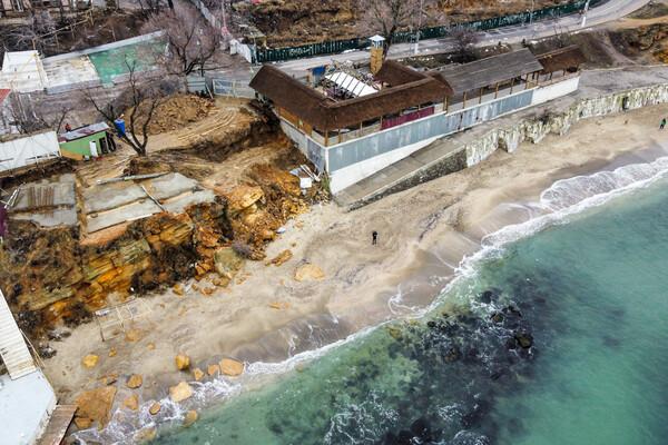 Из-за незаконного строительства: на одесском пляже обрушилась скала фото 4