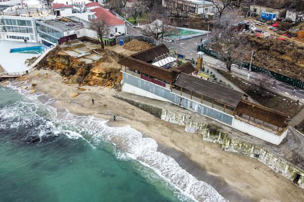 Из-за незаконного строительства: на одесском пляже обрушилась скала фото