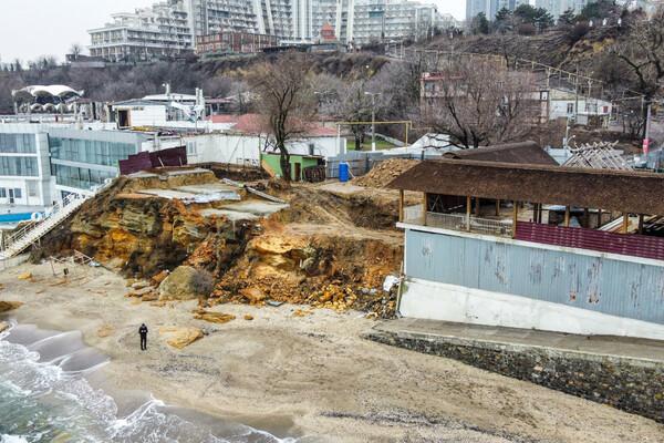 Из-за незаконного строительства: на одесском пляже обрушилась скала фото 6