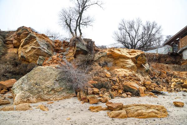 Из-за незаконного строительства: на одесском пляже обрушилась скала фото 8