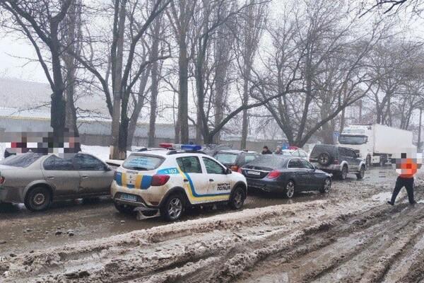 С кем не бывает: в Одессе столкнулись сразу шесть автомобилей фото
