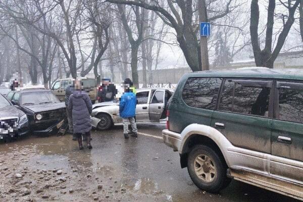 С кем не бывает: в Одессе столкнулись сразу шесть автомобилей фото 1