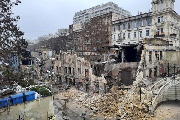 На Деволановском спуске рухнуло старинное здание: там жили люди (обновлено) фото