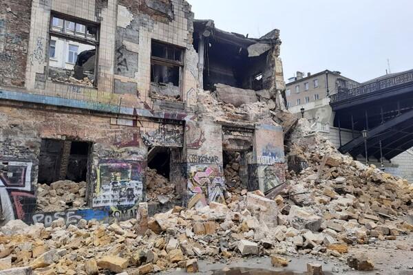 На Деволановском спуске рухнуло старинное здание: там жили люди (обновлено) фото 5