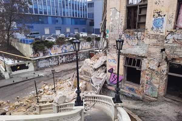На Деволановском спуске рухнуло старинное здание: там жили люди (обновлено) фото 6