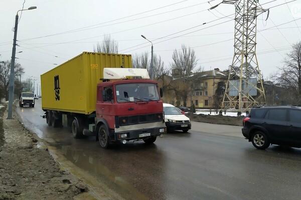 Правила не для всех: по аварийному мосту в Одессе ездят грузовики фото