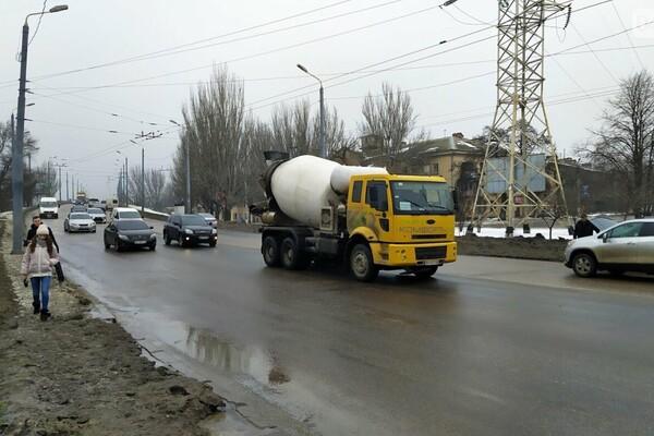 Правила не для всех: по аварийному мосту в Одессе ездят грузовики фото 1