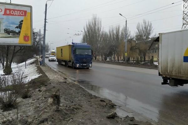 Правила не для всех: по аварийному мосту в Одессе ездят грузовики фото 2