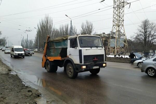 Правила не для всех: по аварийному мосту в Одессе ездят грузовики фото 3