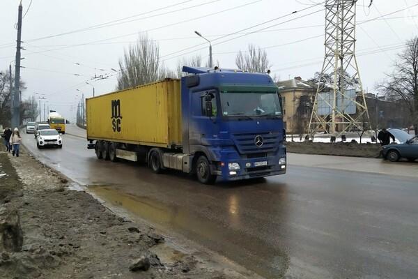 Правила не для всех: по аварийному мосту в Одессе ездят грузовики фото 5