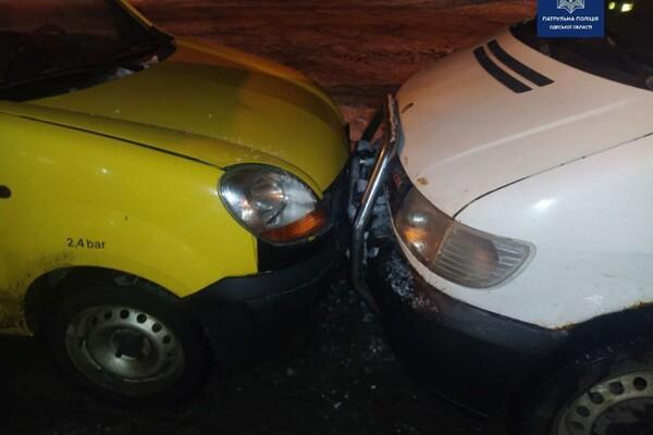 Шел на обгон: в Одессе пьяный водитель разбил семь авто фото