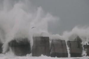 Полюбуйся стихией: на побережье Одессы обрушился сильный шторм  фото 1