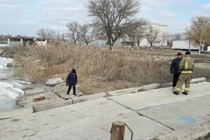 Опасные развлечения: под Одессой дети чуть не провалились под лед фото