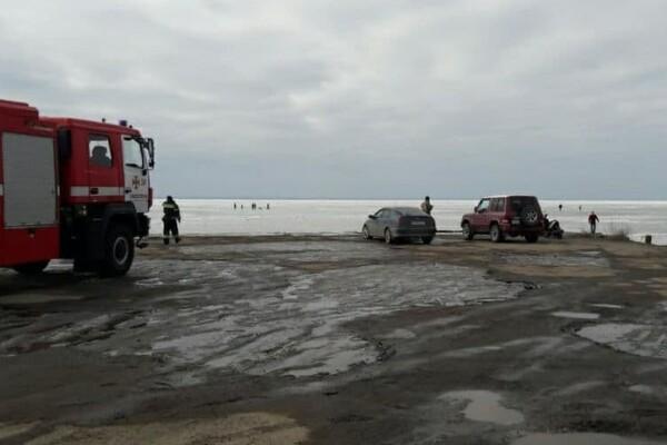 Опасные развлечения: под Одессой дети чуть не провалились под лед фото 1