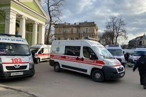 """Не утихает: возле одесской больницы снова собралась очередь из """"скорых"""" фото"""