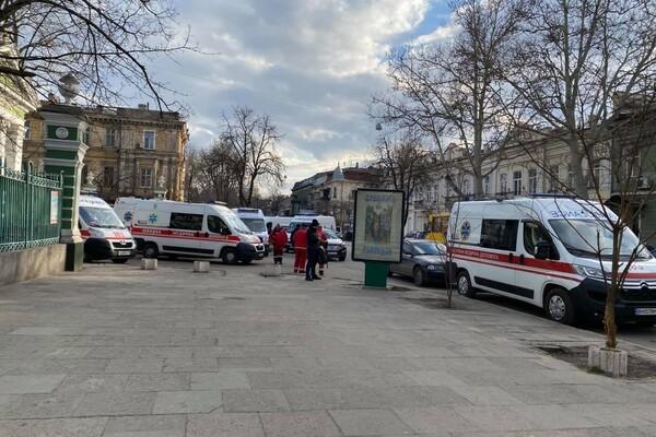 """Не утихает: возле одесской больницы снова собралась очередь из """"скорых"""" фото 1"""