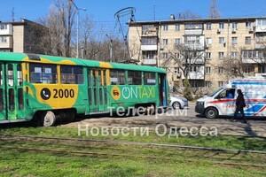 В Одессе трамвай вылетел на проезжую часть: видео момента ДТП (обновлено) фото