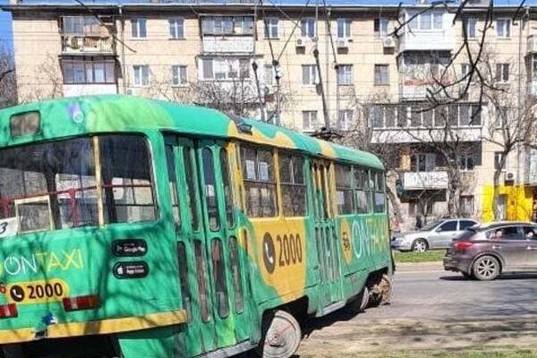 В Одессе трамвай вылетел на проезжую часть: видео момента ДТП (обновлено) фото 2