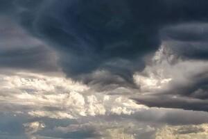 С радугой и молниями: над Одессой заметили штормовое небо фото