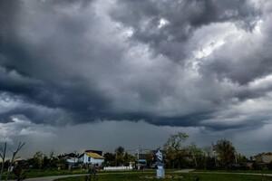 С радугой и молниями: над Одессой заметили штормовое небо фото 2