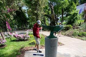 Вперед за новыми фото: в Греческом парке установили две скульптуры фото 2