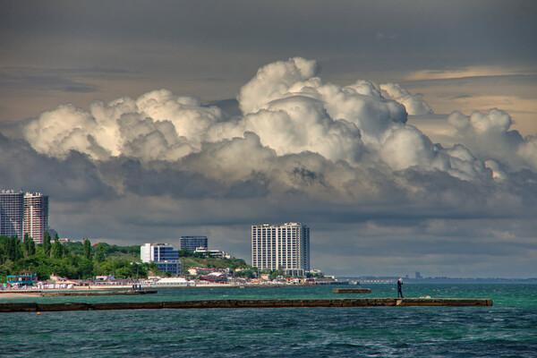 Полюбуйся: в небе над Одессой заметили необычные облака фото 2