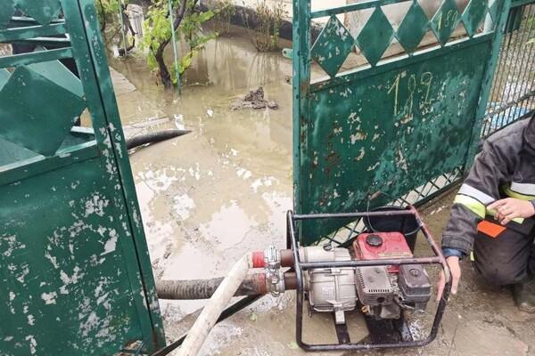 Плавающие машины и купание в центре города: Измаил затопил сильный ливень фото 8