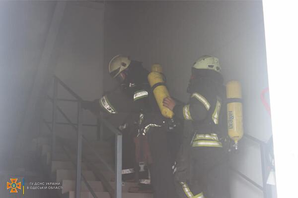 Было много дыма: спасатели рассказали подробности пожара на складах в Нерубайском фото 6