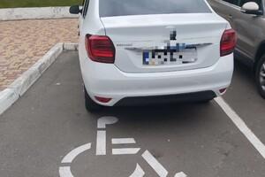 Парковались на местах для людей с инвалидностью: в Одессе эвакуировали нарушителей фото