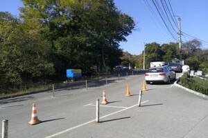 """Против парковки на обочинах: возле """"Ланжерона"""" установили разделительные столбики фото"""